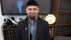 Vyzval muslimy k vyzbrojení. Nechal bych si vytetovat 'Česká země, domov můj', ale nemůžu, říká jejich pražský lídr