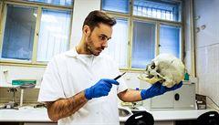 Když kosti mluví, on naslouchá. Forenzní antropolog oživuje portréty nebožtíků podle jejich koster