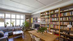 Jak bydlí designéři: velká knihovna, průhledy a výhled na hotel AXA