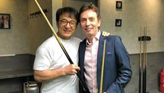 VIDEO: Jackie Chan předvedl své umění s tágem, hráč snookeru jen žasnul