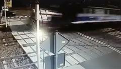 VIDEO: Strašidelné záběry. Vlak u Poznaně smetl sanitku z přejezdu, přežil jen řidič
