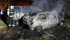 Uvnitř bylo ohořelé lidské tělo. Požár auta v Praze skončil tragédii