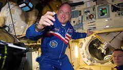 Pobyt ve vesmíru změní organismus, zjistila NASA na dvojčatech astronautech