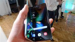 Průšvih Samsungu: kvůli selhávání displeje odložil prodej ohebného telefonu za 45 tisíc