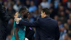 Naštvaný Sissoko prchl po prohře do šatny. Tam mu později řekli, že jeho Tottenham postoupil