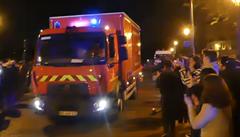VIDEO: Hrdinové hasičského sboru odjížděli od Notre-Dame za bouřlivého potlesku