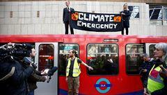 'Rebelie proti vyhynutí' v Londýně přitvrzuje. Policie zatkla na 300 aktivistů, chybí jí prázdné cely
