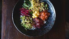 Havajské jídlo dobývá pražské restaurace a bistra. Jak si poké připravit doma?