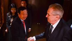 Zeman se setkal se šéfem Huawei. Firmě, která podle Západu představuje bezpečnostní riziko, vyjádřil solidaritu