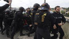 Demonstranti centru Prahy blokovali pochod proti právu na potrat. Policie zadržela člověka