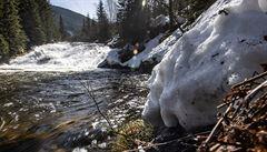 V Krkonoších taje, místo potoků jsou dravé řeky s vodopády