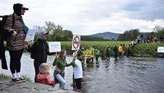 Stovky lidí u hranic protestovaly proti rozšíření polského dolu Turów, obávají se ztráty vody