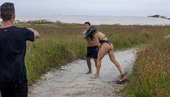 Ženu na pláži sledoval onanující muž. Nevěděl ale, že je to ultimátní zápasnice
