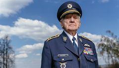 Kluci by měli chodit na vojnu, chybí jim odvaha a vychování, míní bývalý pilot RAF Boček