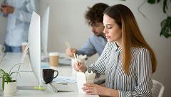 Lepšímu stravování v práci dle lidí brání hlavně nedostatek času
