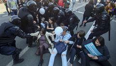 'Putin je zloděj,' křičeli demonstranti v ulicích Petrohradu. Protestů se účastnilo dva tisíce lidí