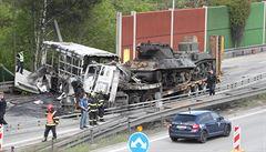 Na Pražském okruhu shořel vězeňský autobus, srazil se s tahačem naloženým tanky. Jeden člověk zemřel