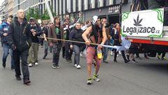 Stovky lidí se v Praze zapojily do průvodu za legalizaci konopí. Desítky z nich držely drogy