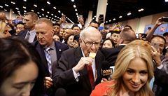 Aukce oběda s Warrenem Buffettem vynesla rekordních 104 milionů, vítěz si může přivést sedm přátel