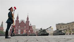 OBRAZEM: Tanky, rakety a tisíce vojáků. Rusko opět na Rudém náměstí řinčelo zbraněmi