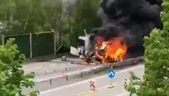 VIDEO: Ničivý žár, mohutný černý dým. Podívejte se, jak hořel vězeňský autobus u Prahy