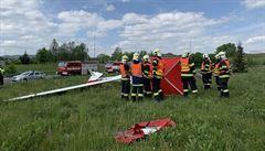 Na kruhový objezd v Hranicích spadl větroň, pilot havárii nepřežil
