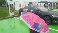 Teslou do Paříže: Jsme v cíli. Auto chtělo proti plánu víc elektřiny, cestou pekelně pršelo