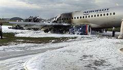 Záchranáři vyprostili 41 obětí z vraku letadla Aeroflotu. Vyšetřovatelé prověřují možnou vinu posádky