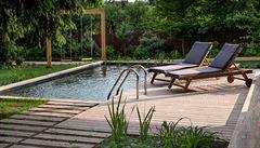 Zapomeňte na bazén plný chlóru. Do zahrady patří biopool, čistí se biologicky