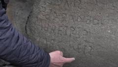 Francouzská obec nabízí 2000 eur za rozluštění nápisu na kameni