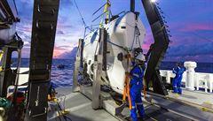 Šok během rekordního ponoru na nejhlubší místo Země. Výzkumník na dně našel plastovou tašku