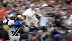 Papež povozil osm uprchlických dětí v papamobilu. Gesto italské vládě, míní média