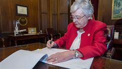 Alabamská guvernérka podepsala přísný protipotratový zákon, týká se i obětí znásilnění a incestu