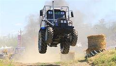 Létají vzduchem jako farmářské 'monster trucky'. Rusko propadlo závodům traktorů, budou národním sportem?
