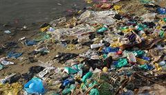 Lidé snědí 50 tisíc plastových částic ročně. Voda z kohoutku jich má méně než balená