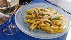 Italové v kuchyni.Těstoviny penne carbonara s chřestem