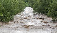Pátrací akci po utonulé ženě na Bruntálsku brání počasí, vydatně prší