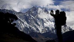 Na Everestu se zmenšuje ledovec, zjistila vědecká expedice. Poprvé také potvrdila mikroplasty ve sněhu