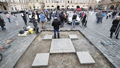 Na Staroměstském náměstí začala rychlá obnova Mariánského sloupu, podle magistrátu načerno. Večer musí zmizet