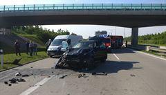 U Vestce se srazilo osobní auto s dodávkou. Nehoda zablokovala Pražský okruh