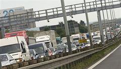 Porouchaný kamion zablokoval D1 na Žďársku, na místě se vytvořila 20kilometrová kolona