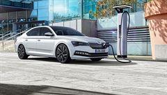 Řidiči málo využívají elektrický pohon. Hybridy do zásuvky ,žerou' až čtyřikrát více paliva, než mají