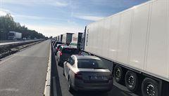 Na 51. km dálnice D1 na Benešovsku se převrátil kamion, provoz ve směru na Brno byl obnoven