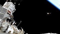 Ruští kosmonauti uklízeli vně ISS, nalezli starý ručník. Teď ho budou zkoumat vědci