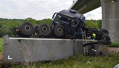 Kamion na Lounsku spadl z mostu ve výšce patnácti metrů, provoz je omezen
