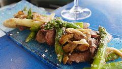 Italové v kuchyni. Hovězí maso s houbami a chřestem