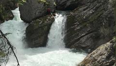 České vodáky v Rakousku strhl proud do vodopádu. Jednoho musel zachraňovat vrtulník