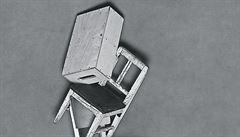 Fotograf Ivan Pinkava na prázdné židli. Umělec udržuje černobílou při životě