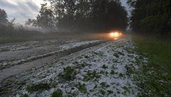 Severozápad Česka zasáhly silné bouřky. Do spadlého stromu narazil vlak, velké kroupy ničily auta