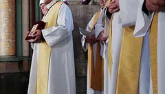 Všichni věřící museli mít stavební přilby. V Notre-Dame se konala první mše od zničujícího požáru